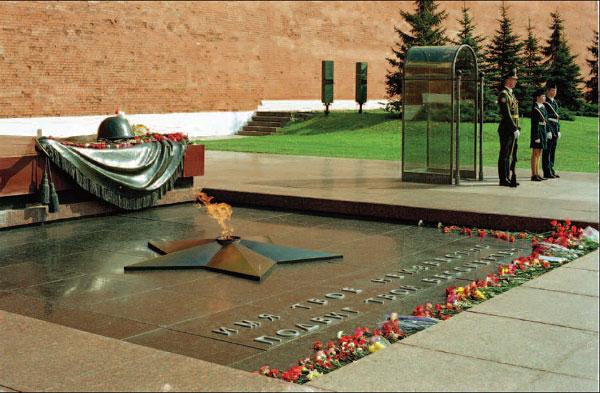 Могила Неизвестного солдата в Александровском саду.Москва, 5 мая 2004 года.